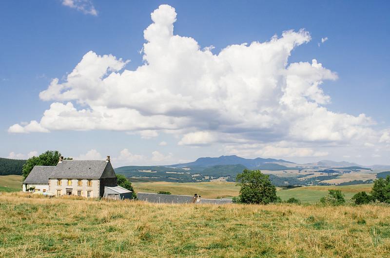 Le bistro de l'Ecir et l'angélique, avec en toile de fond le Puy de Sancy