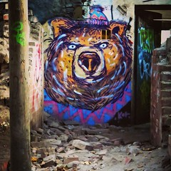 Hello #teddybear - #Berlin #streetart #graffiti #urbanart #graffitiart #urbanart_daily #graffitiart_daily #streetarteverywhere #streetart_daily #wallart #mural #ilovestreetart #streetartberlin #bear #urbex