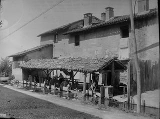 I lavatoi presso Cascina Pulice, anni 1910 circa (Civico Archivio Fotografico di Milano).   by L'Officina dello storico