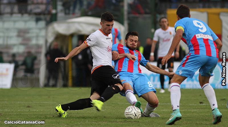 Martinelli contrasta Agazzi durante Messina-Catania del 2015/16