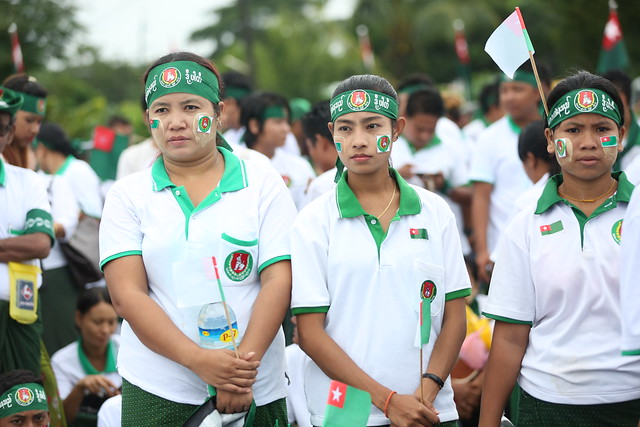 The supporters of Union Solidarity and Development Party (USDP) standing at the event of voting campaigns speech held at Thuwanna playground, Yangon on 10 October 2015. Foto: Hong Sar