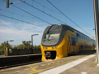 om 7 over 4 reed de virm langs op station Nieuw vennep | by remco2000