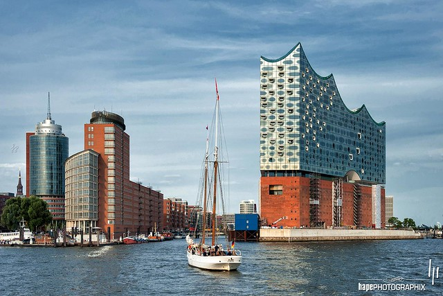 Sailing ship in front of the Elbe Philharmonic Hall