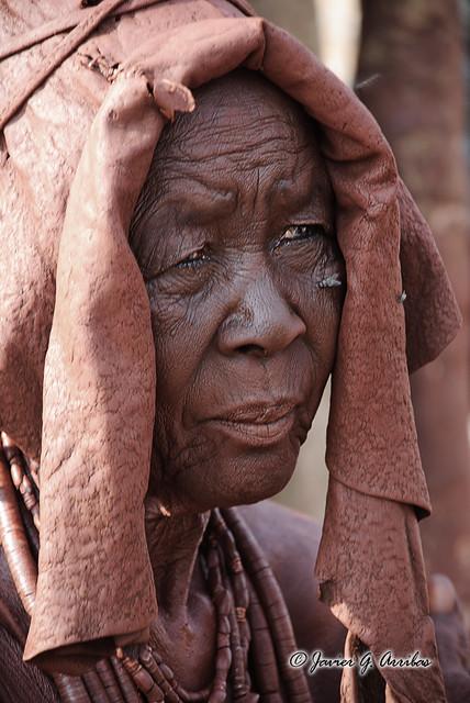 Anciana Himba, en las cercanias de las Cataratas Epupa (Namibia)
