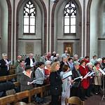 Der Chor der Banater Schwaben Karlsruhe mit den Solistinnen Melitta Giel und Irmgard Holzinger-Fröhr probt noch einmal kurz vor dem Gottesdienst