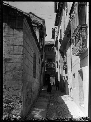 Travesía de los Dos Codos en Toledo hacia 1920. Fotografía de Enrique Guinea Maquíbar © Archivo Municipal de Vitoria-Gasteiz