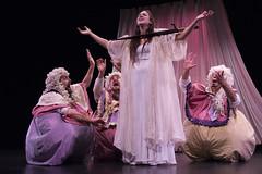 En la imagen se puede ver a cuatro componentes del grupo de teatro de pie sobre el escenario.  Fotografía cedida por Óscar Blanco Gutiérrez.