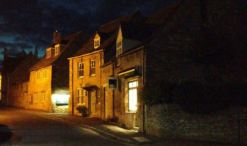 night phoneimage burford oxfordshire england unitedkingdom sunset pixelated oldtown stonebuildings streetlights handheldatnight
