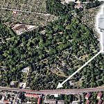 Das Denkmal der Billeder auf dem Karlsruher Hauptfriedhof befindet sich rund 400m vom Haupteingang entfernt. Auf dem Friedhof befinden sich auf 34 Hektar die Gräber von mehr als 32.000 Verstorbenen.