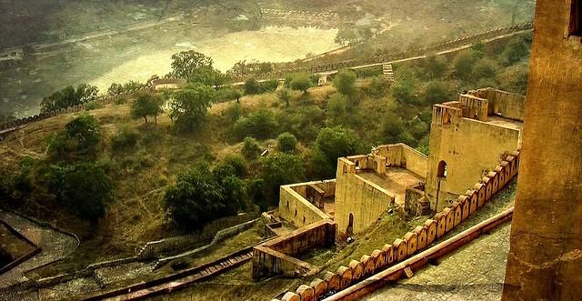 INDIEN, Fort Amber bei Jaipur, am Fuß des Forts- Garten und See, 13119/5920