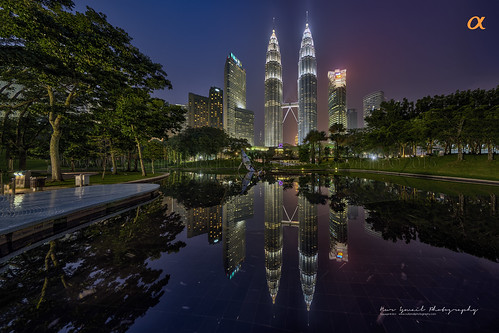 kualalumpur malaysia visitmalaysiayear attraction tourism klcc klccpark mirrorreflection reflection petronastwintowers office buildings hdr nightphotography hdratnight skybridge park lake waterbody fcf