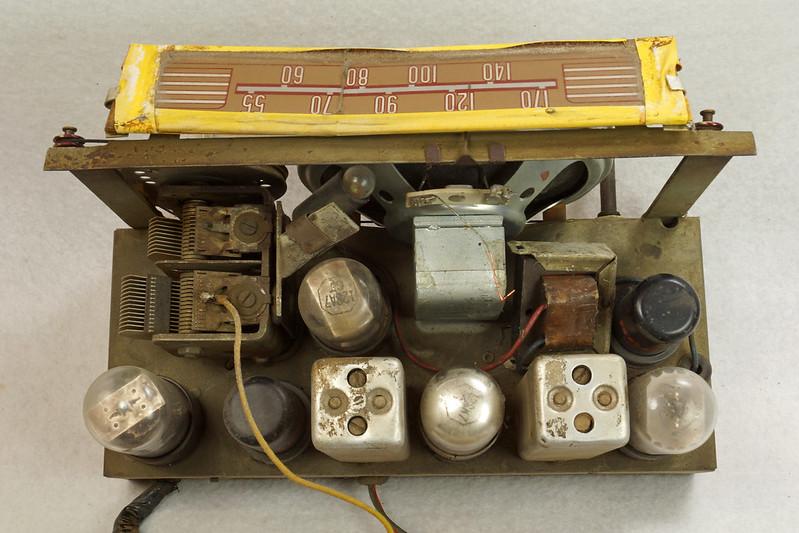 RD11401 Vintage Mid Century 1948 TRAV-LER 5066 Brown Bakelite Case TUBE RADIO DSC09635