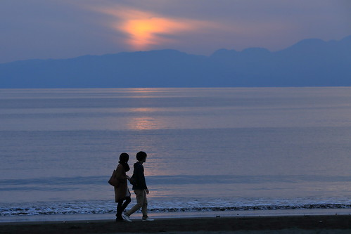 sunset beach walking youngcouple calmsea