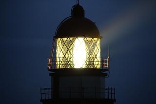 La luz del faro de Cabo Silleiro ya a pleno rendimiento, al anochecer | by Contando Estrelas