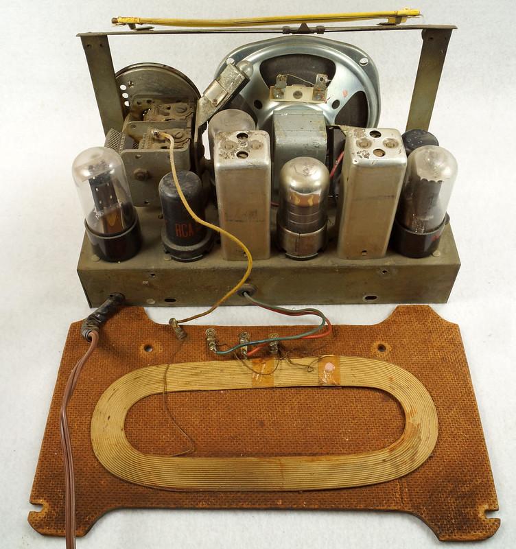 RD11401 Vintage Mid Century 1948 TRAV-LER 5066 Brown Bakelite Case TUBE RADIO DSC09634