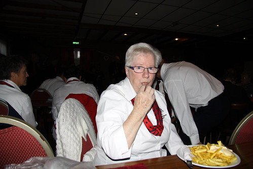 Betsie eet ze lekker alleen