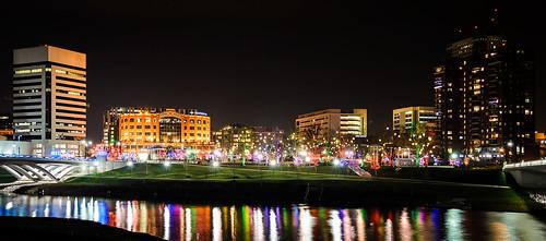 christmas columbus ohio reflection skyline night landscape lights sciotoriver bicentennialpark