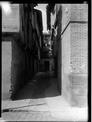 Callejón de Bodegones en Toledo hacia 1920. Fotografía de Enrique Guinea Maquíbar © Archivo Municipal de Vitoria-Gasteiz