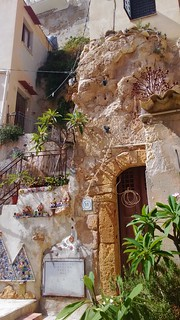 Abitazioni-grotte decorate da maioliche | by S I C A N I A