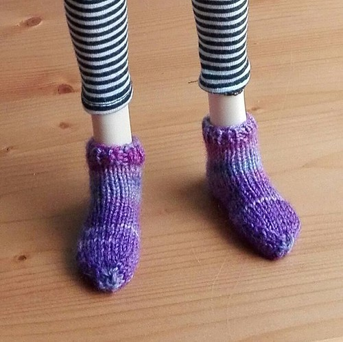 Just had to knit her some socks ;-) #bjdknitting #bjd #msd #socks | by pinkeeminenz