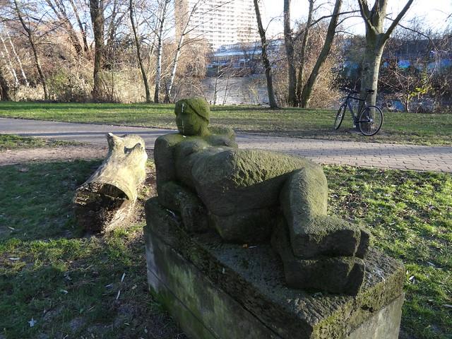 1984 Berlin-O. Liegende von Sonja Eschefeld Sandstein Springpfuhlpark nördlich Helene-Weigel-Platz in 12681 Marzahn