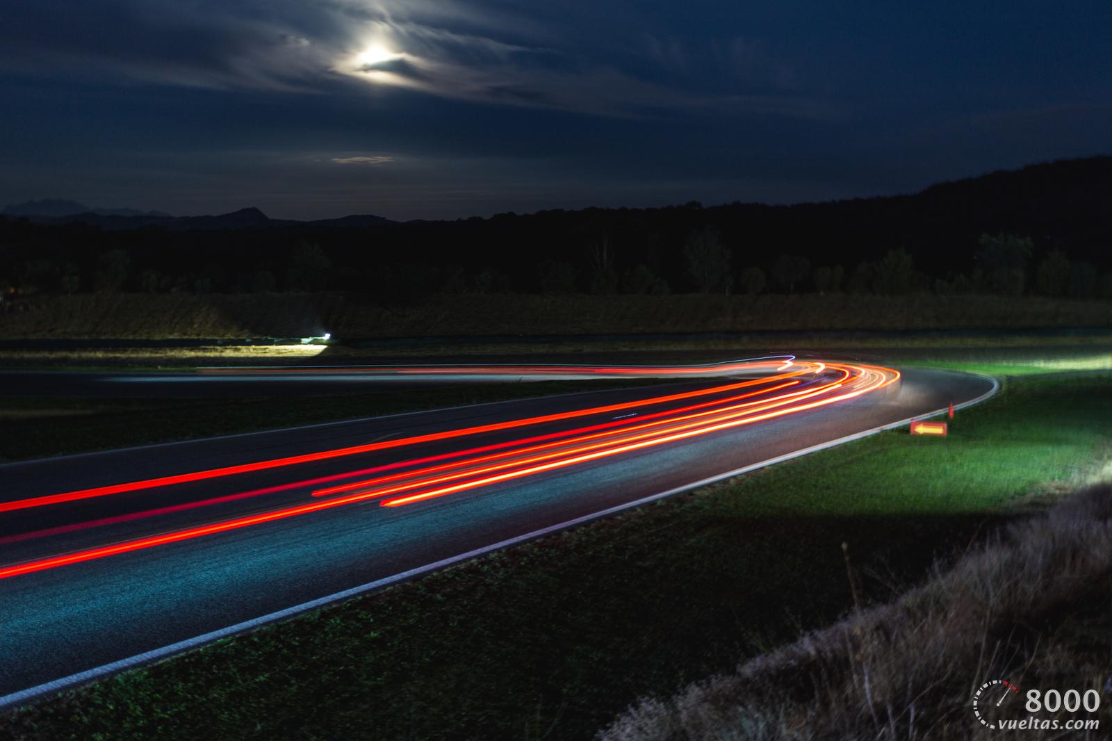 La noche sobre un circuito