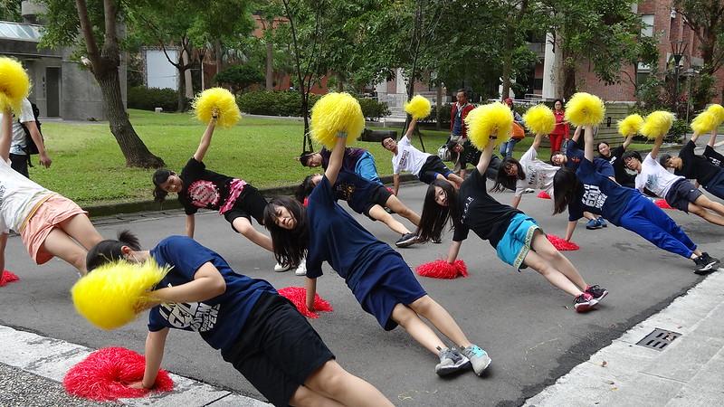 教育啦啦配合舞蹈呈現熱血比賽現場,加上皮卡丘、跳跳虎等卡通人物元素,營造勝利的歡樂氣氛。圖/教育系提供。