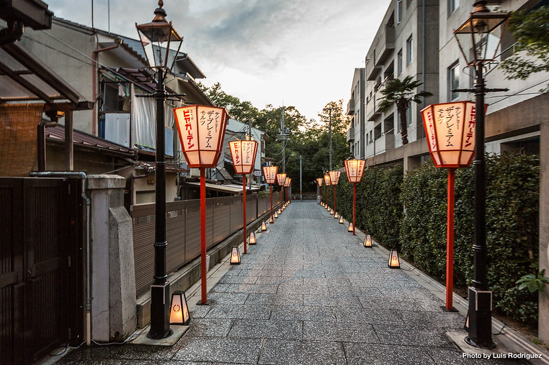Camino al beer garden del barrio de geishas de Kamishichiken en Kioto
