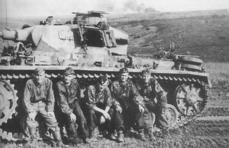 German tank PzKpfw III and his crewjibmzbUIU1rqpszmo1_1280