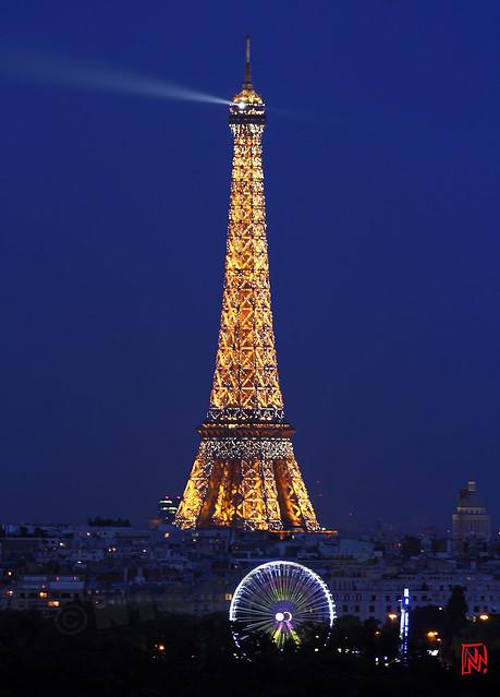 La Tour Eiffel à l'heure bleue avant de devenir rose