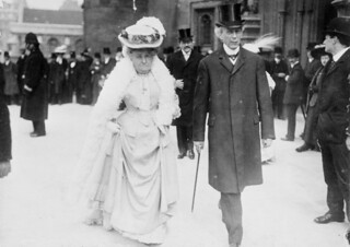 Sir Wilfrid and Lady Laurier going to the parliamentary luncheon, Colonial Conference, London, England / Sir Wilfrid et lady Laurier se rendant au dîner parlementaire pendant la conférence intercoloniale de Londres, en Angleterre