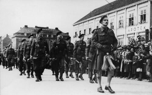 Britiske styrker defilerer i Kongens gate (1945)