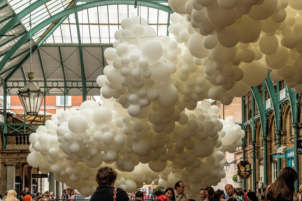"""Heartbeat"" by Charles Petillon, fills Covent Garden with 100,000 white balloons"