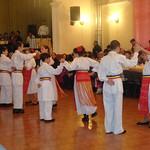 Rumänische Volkstänze der Jugendtanzgruppe. Mehrere Jugendliche tanzen in beiden Trachtengruppen.