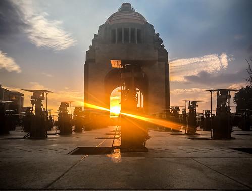 sunset puestadesol sol luz light monumentoalarevolución city ciudad cdmx mexicocity méxico tarde plaza square mexican machines bombas fuente fountain sunlight