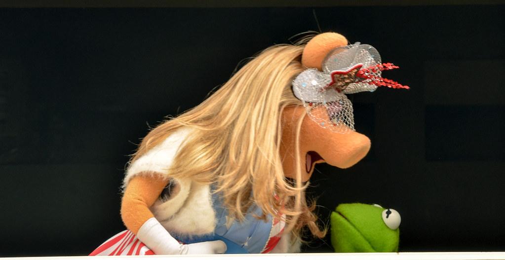Piggy screaming Kermit