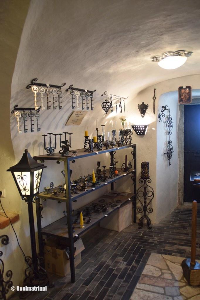 Rautaesineitä myynnissä Bledin linnassa