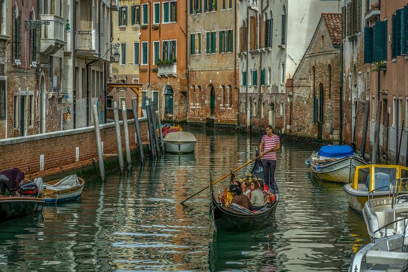 Viele Touristen gondeln durch Venedig