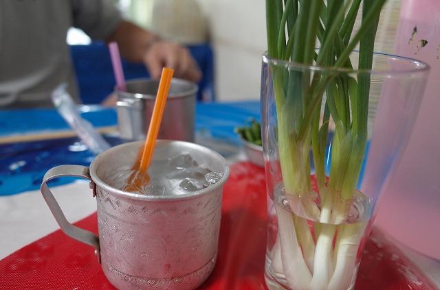 <p>テーブルに付け合わせの野菜が置いてあります。自由に食べます。</p>