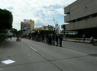 Detienen a priístas chiapanecos por dañar palacio de Gobierno   by La Jornada San Luis