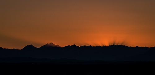 seattle sky mountains silhouette sunrise landscape dawn shadows rays cascademountains orangeandblack borenpark