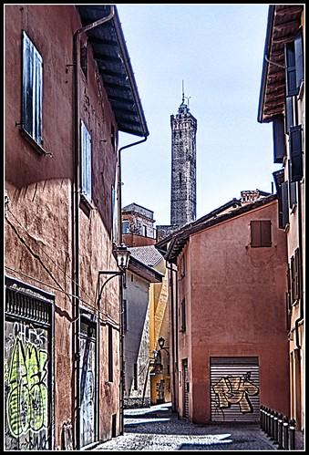 Bologna in agosto: via dell'Inferno