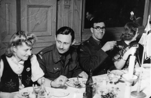 Festmiddag i Speilsalen - Britiske soldater med norske borddamer (1945)