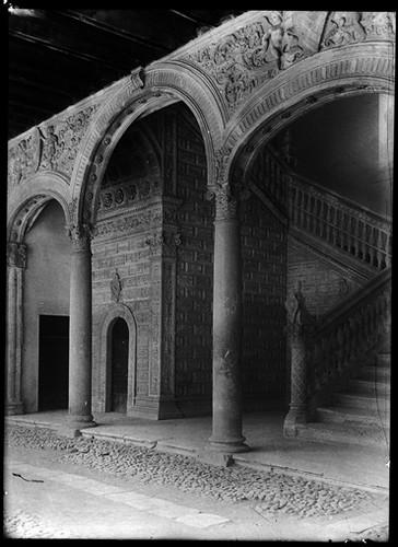 Escalera del Hospital de Santa Cruz en Toledo hacia 1920. Fotografía de Enrique Guinea Maquíbar © Archivo Municipal de Vitoria-Gasteiz