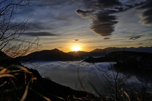 Tramonto tra montagne e nebbia | by Roby Ferrari