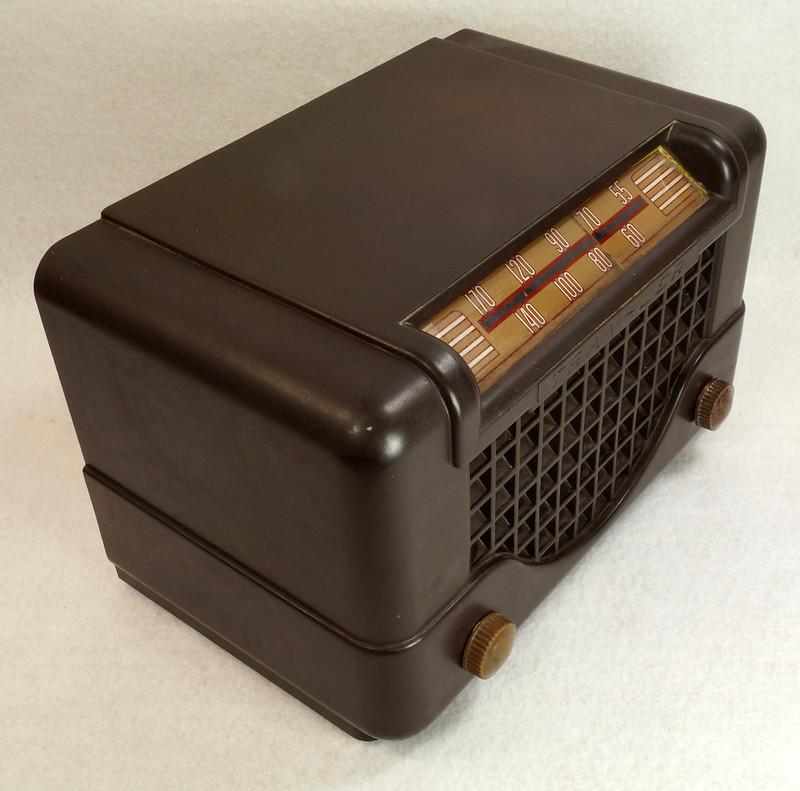 RD11401 Vintage Mid Century 1948 TRAV-LER 5066 Brown Bakelite Case TUBE RADIO DSC09642