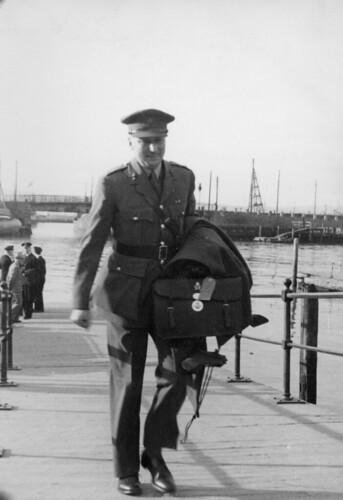 Britisk artillerioffiser ankommer Ravnkloa (1945)
