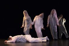 En la imagen se puede ver a cinco componentes del grupo de teatro de pie sobre el escenario.  Fotografía cedida por Óscar Blanco Gutiérrez.