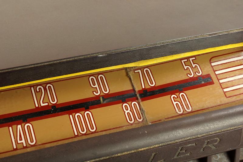 RD11401 Vintage Mid Century 1948 TRAV-LER 5066 Brown Bakelite Case TUBE RADIO DSC09660