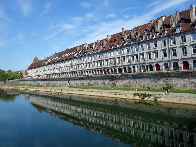 La quai Vauban se mire dans le Doubs